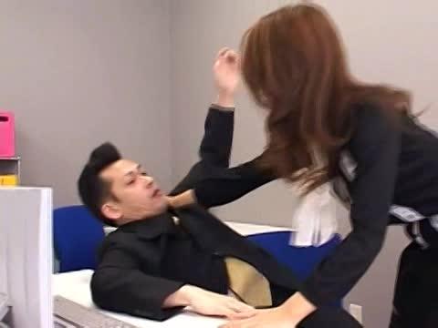 美人女性秘書が会社の会議室で男たちのチンポを足コキ